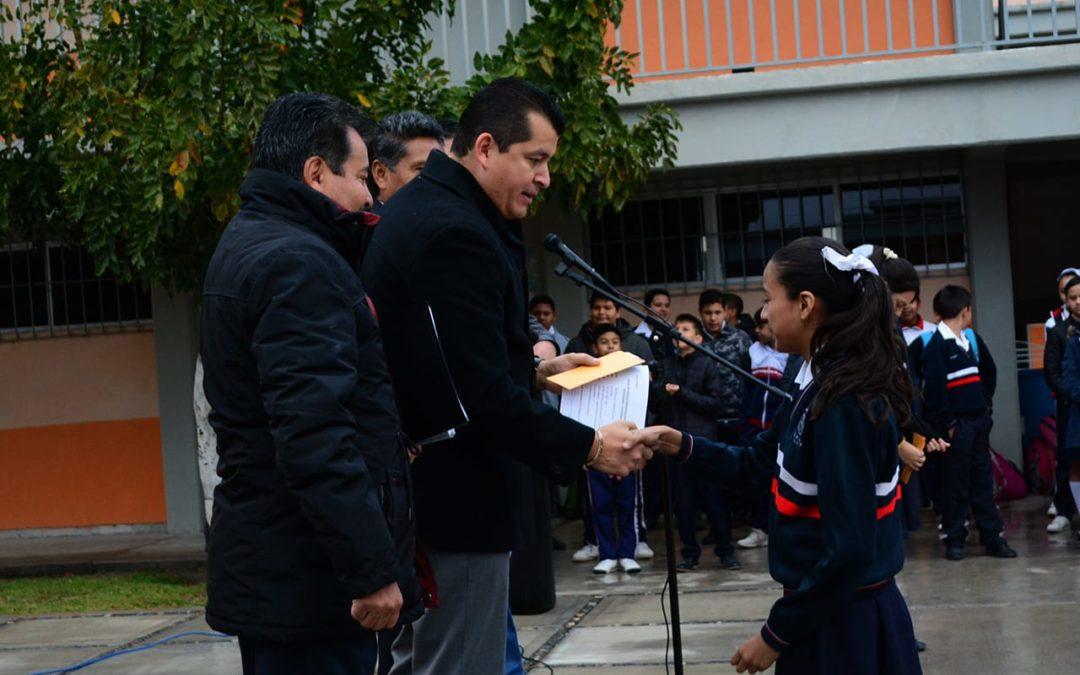 FAVORECEN A ESTUDIANTES CON ENTREGA DE BECAS MUNICIPALES