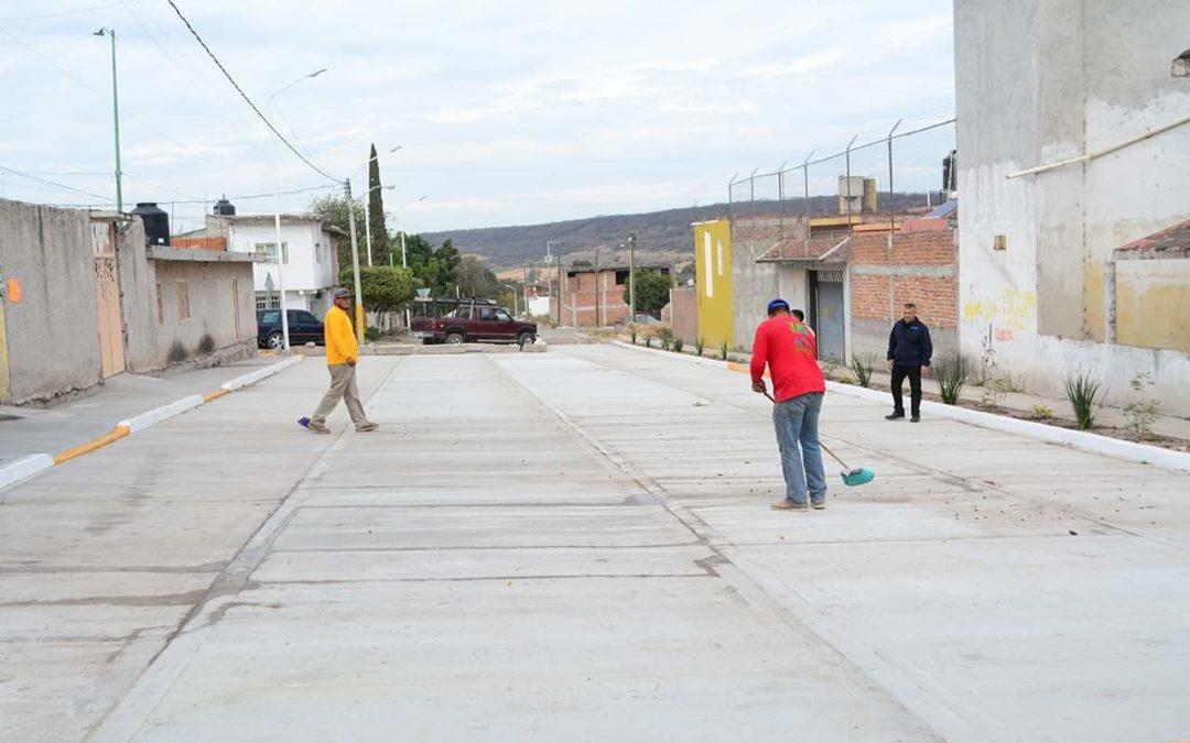 SUPERVISAN PAVIMENTACIÓN DE CALLE Y MEJORAS EN CENTRO COMUNITARIO