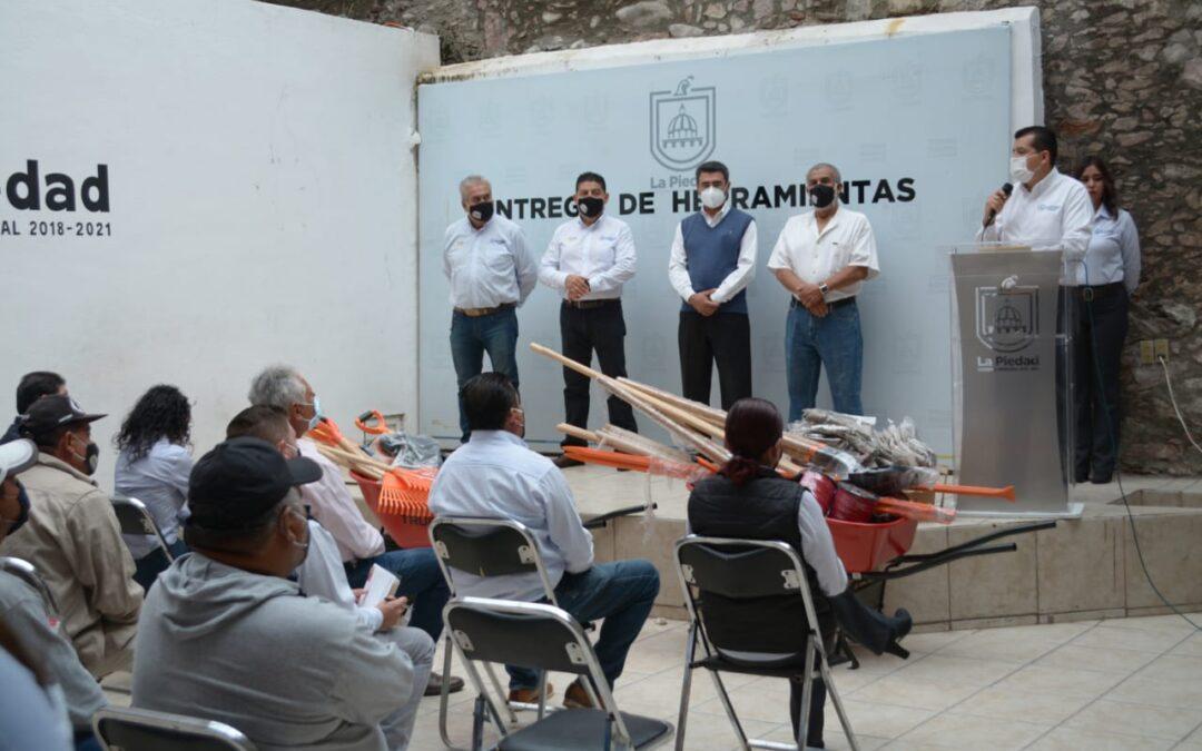 ENTREGAN HERRAMIENTAS DE TRABAJO A EMPLEADOS MUNICIPALES