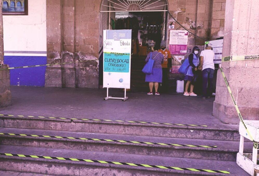 CONTROLAN ACCESO AL MERCADO MUNICIPAL